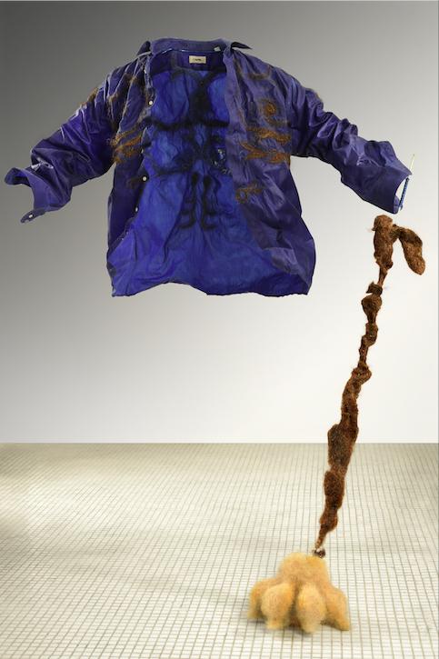 Isabelle Plat, Le corps est sorti par la manche, glisse toi, 2019 150 x 120 x 90 cm Technique mixte ©Dennis Bouchard