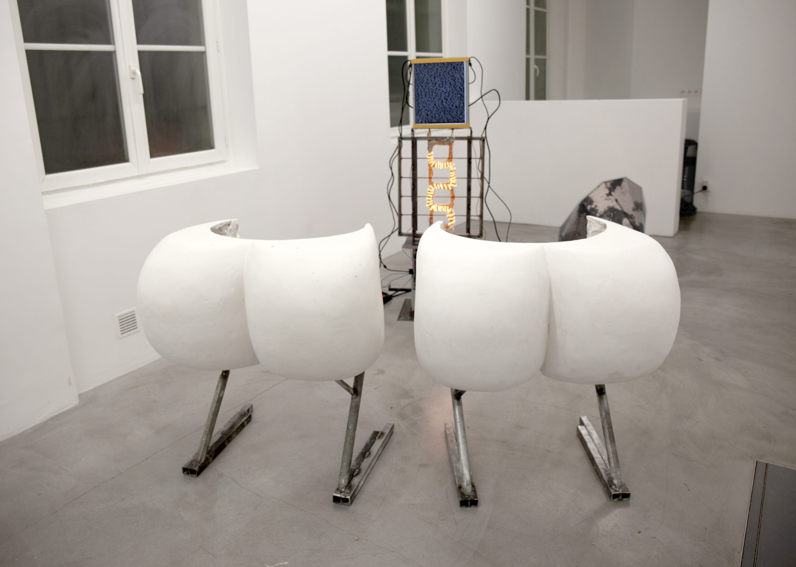 Pierre Gaignard, com9 python chelou, 2019, sculpture, acier, plâtre, ordinateurs, résistance, bâcon, 220V